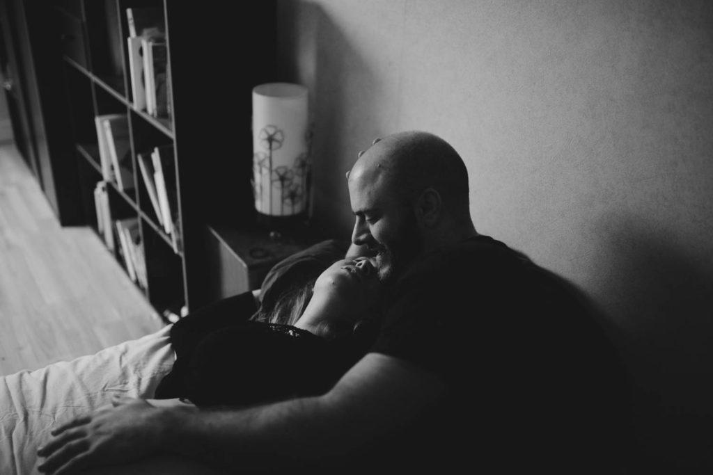 Portrait de couple dans une chambre