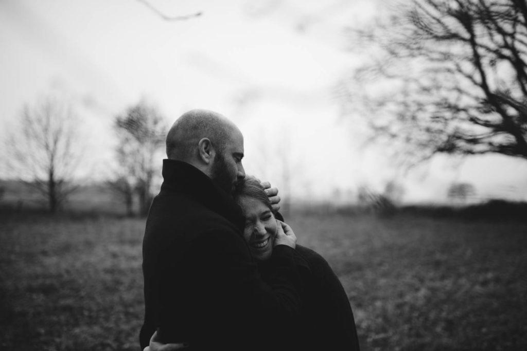 Portrait de couple qui s'enlace
