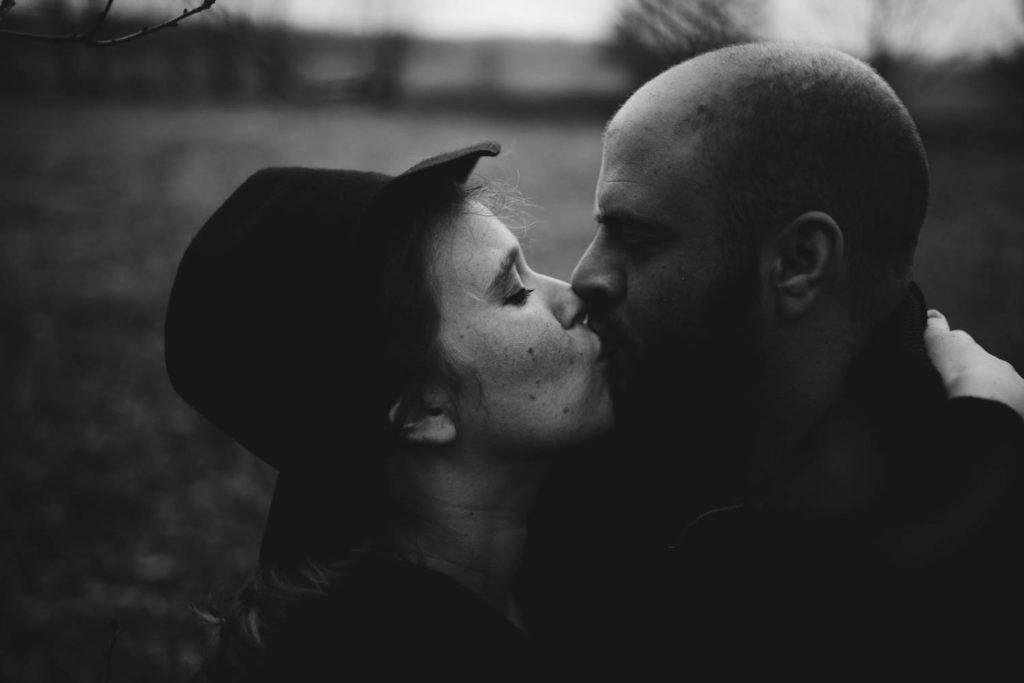 Portrait de couple qui s'embrasse