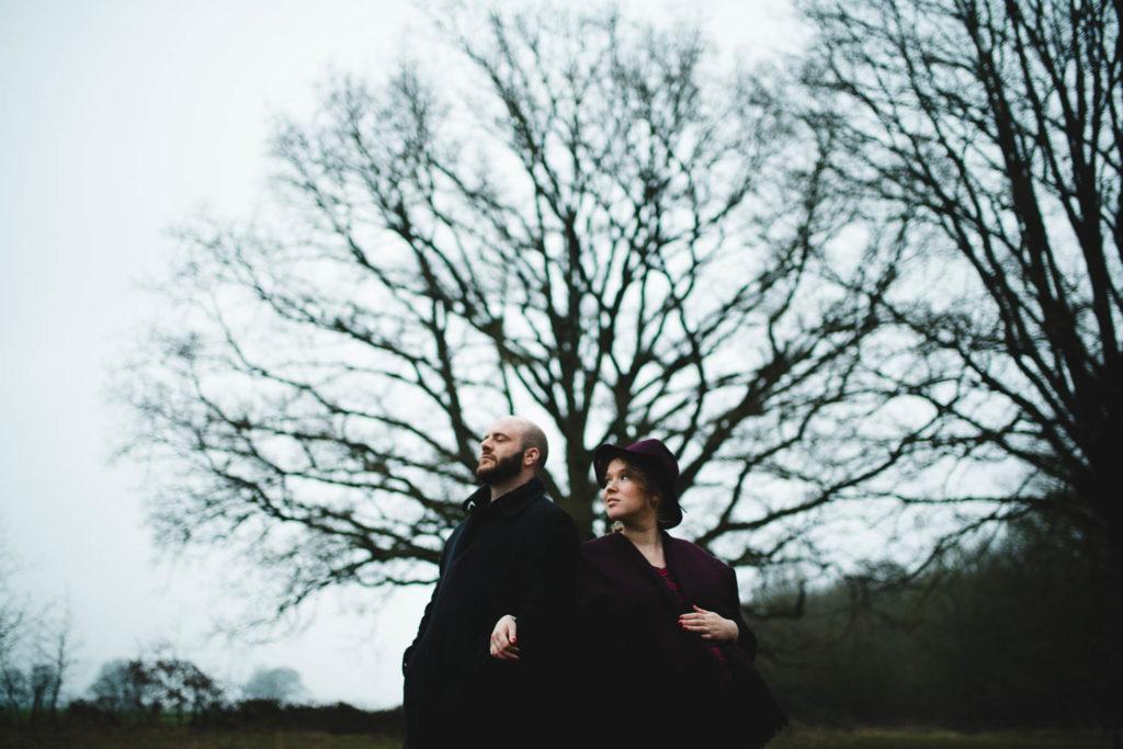Portrait de couple dans la campagne