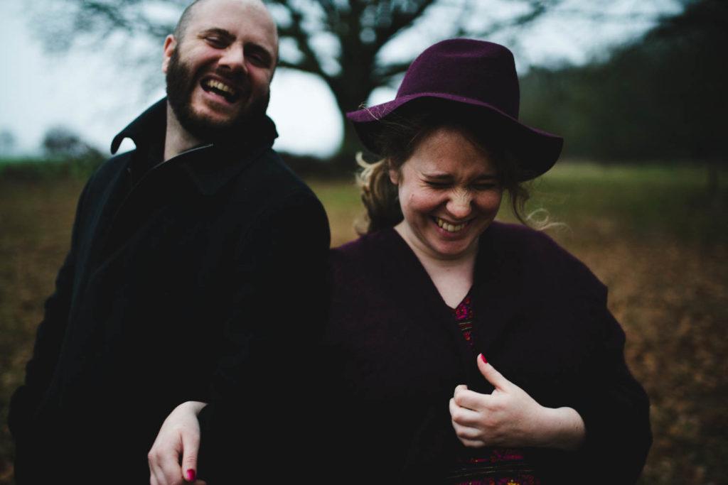 Portrait de couple qui rigole