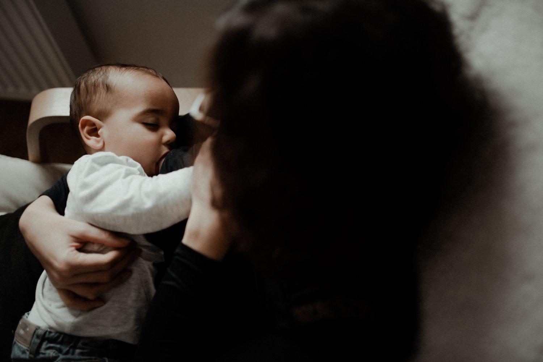 Reportage photo famille seine et marne maman qui allaite son bébé