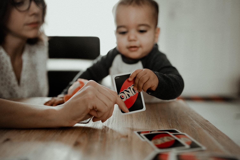 Reportage photo lifestyle famille jouant aux cartes seine et marne