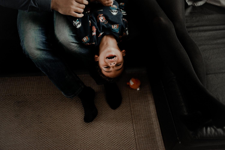 Reportage photo lifestyle famille sur le canapé en seine et marne