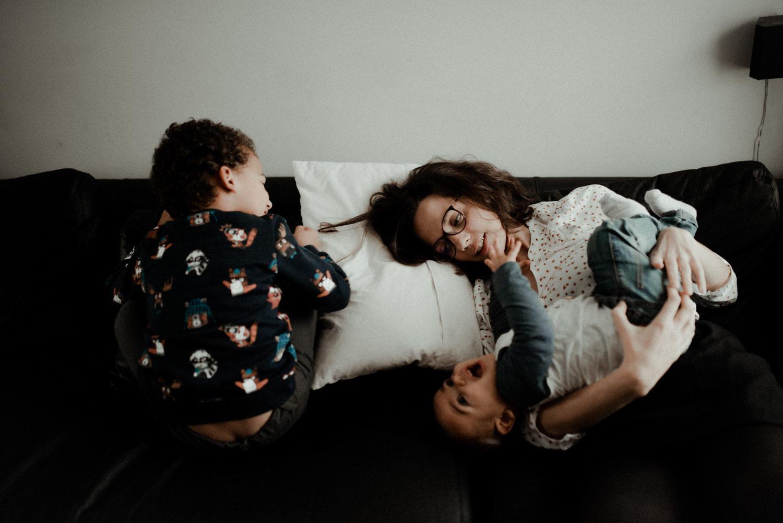 Reportage photo lifestyle famille qui joue en seine et marne
