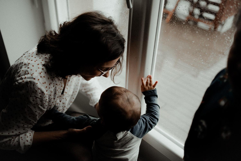Reportage photo lifestyle enfants en automne qui regardent la pluie seine et marne