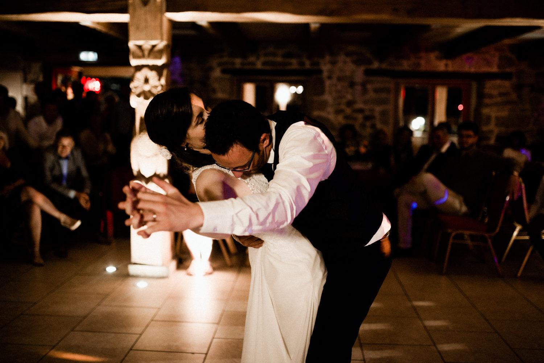 Mariés qui dansent pendant leur soirée de mariage en Bretagne