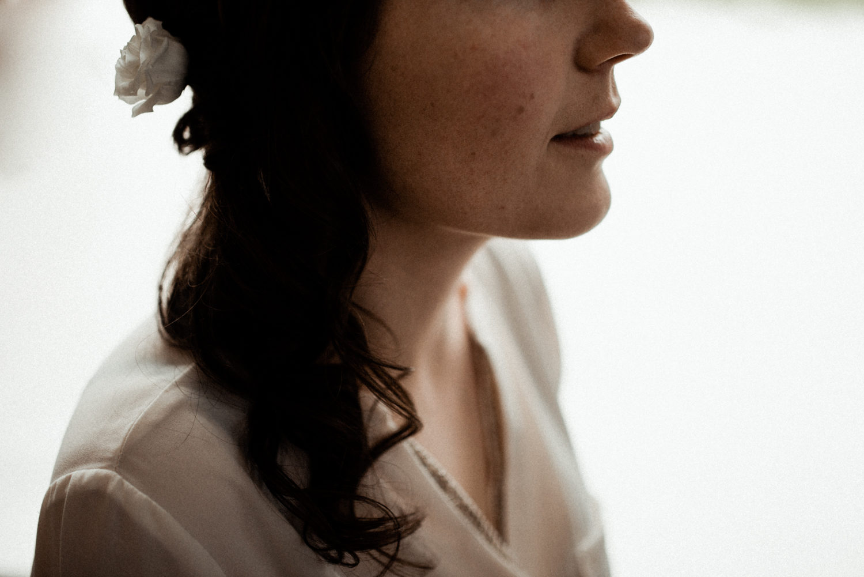 Photographe reportage préparation de la mariée en Bretagne