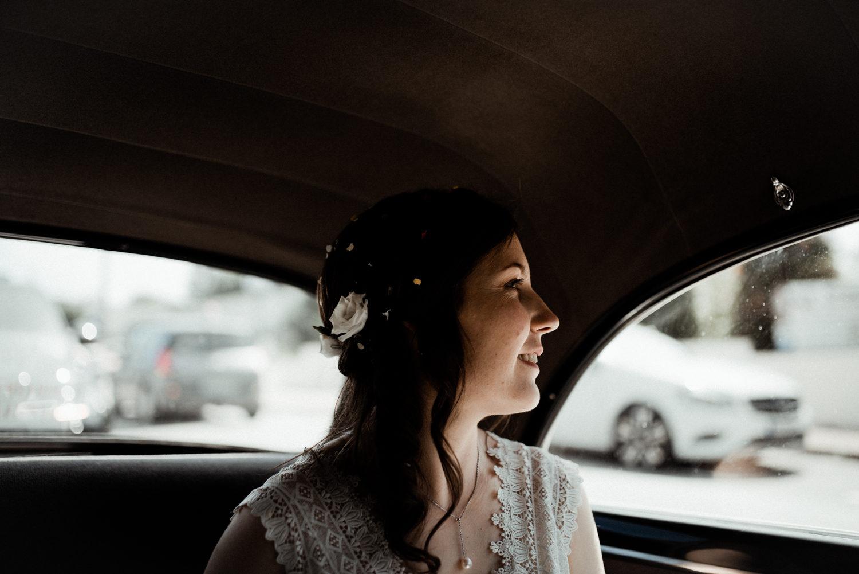 Reportage mariage en Bretagne, mariée bohème en voiture