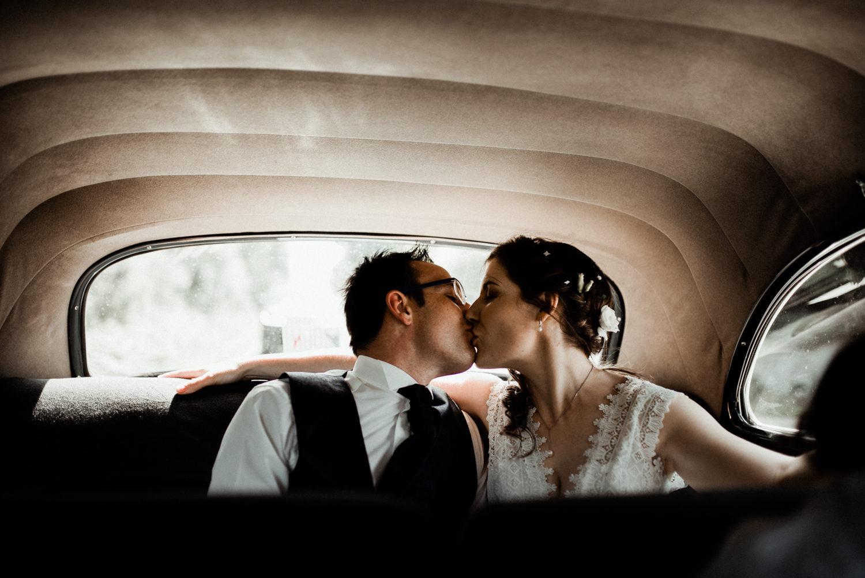 Reportage mariage en Bretagne, mariés en voiture