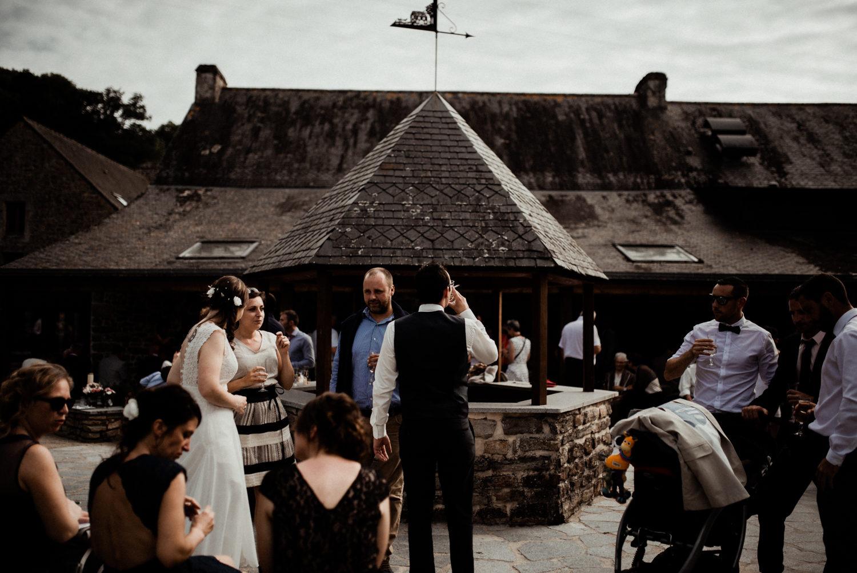 Reportage mariage en Bretagne, cocktail au moulin de Saint-Yves