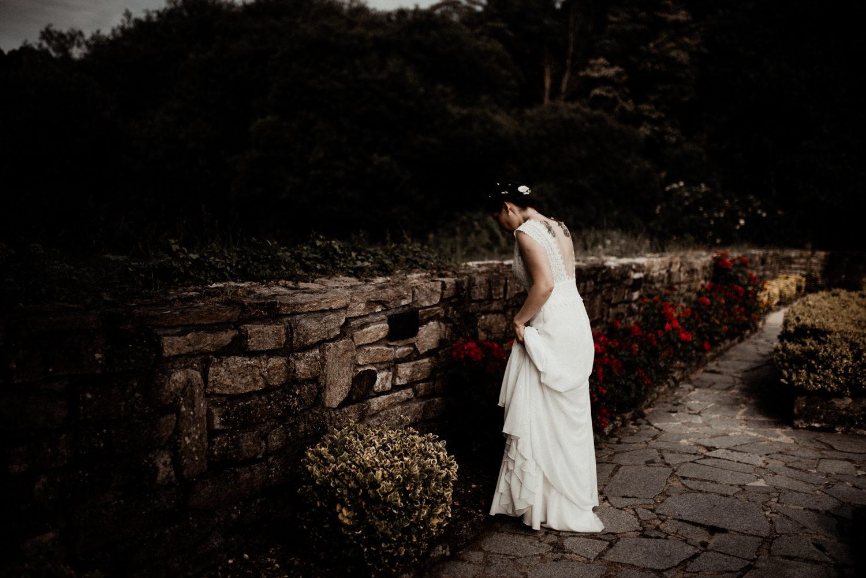 Reportage mariage en Bretagne, mariée bohème dans la nature