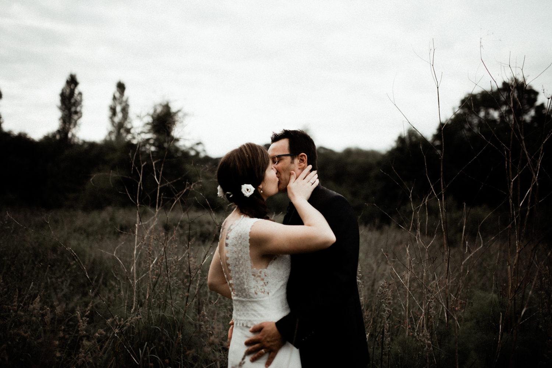 Reportage mariage en Bretagne, couple bohème dans la nature